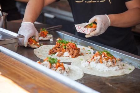 food: Servindo comida na feira de alimentos Banco de Imagens
