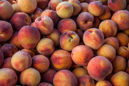 durazno: melocotones maduros finos en la parada del mercado