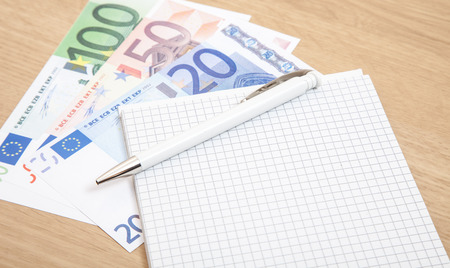 billets euros: Divers billets en euros � c�t� de bloc-notes