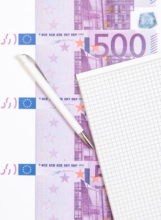 billets euros: Bloc-notes à côté de billets en euros Vaus Banque d'images