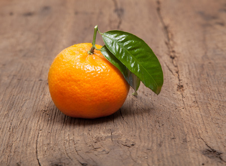 Fine grown mandarin orange with leaf 免版税图像
