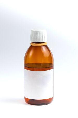bruin vat met medicijnen en wit etiket op witte achtergrond