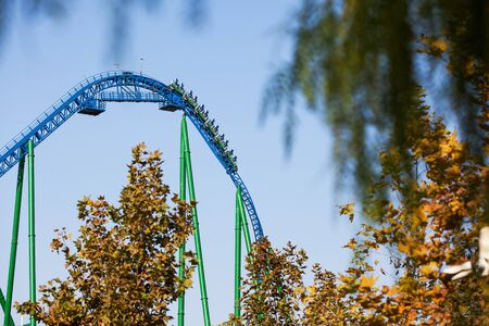 Rollercoaster ride, downhill at high speed. Amusement Park in Turkey Park of Legends. Against the blue sky. 免版税图像