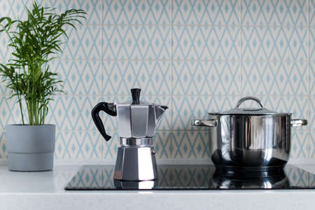 Silver moka coffee pot on the kitchen stove. Geyser coffee machine. Copy space. Banque d'images