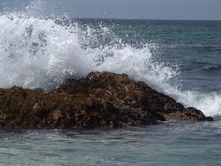 Grandes olas salpicadura sobre la roca en la playa de California  Foto de archivo - 2613905