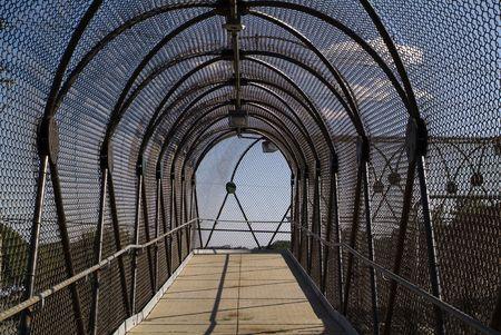 chainlinked: gesloten in gebogen keten gekoppelde hek doorgang