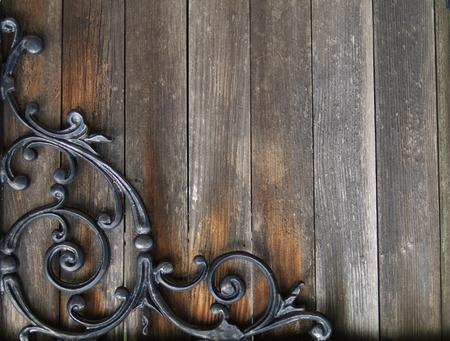 oud gekleurd hout met smeedijzeren ontwerp