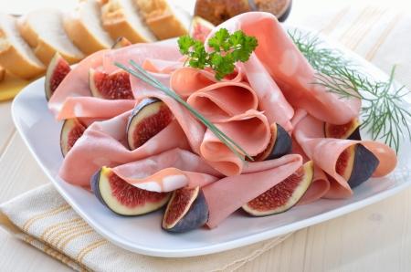 Čerstvý italský mortadella s fíky