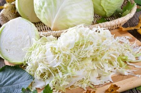 Chou blanc en tranches pour la fabrication de la choucroute Banque d'images