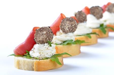 Morceaux deliciuos fromage à la crème, jambon, salade de roquette et truffe italienne Banque d'images