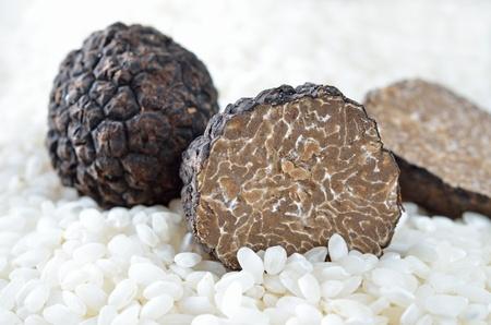 truffe blanche: Frais truffes noires sur le riz non cuit Banque d'images