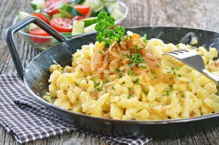 Zuid-Duitse kaas noedels met gebakken uienringen