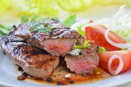 carnes: Filete de res a la parrilla con el medio arvejas y ensalada