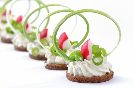 Morsels with spicy cream cheese, leek and radishes