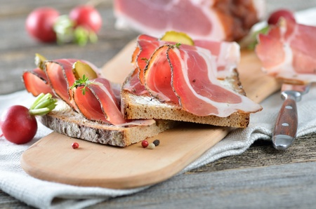 Jihotyrolská uzenou slaninou na statku chleba