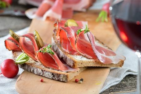 bread and wine: Tirol del Sur tocino ahumado en pan de campo