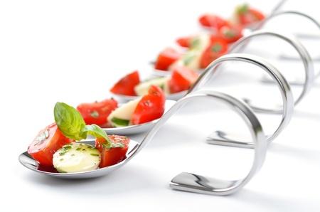 De tomate y mozzarella en la cuchara Foto de archivo
