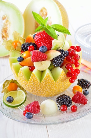 Frisches Obst der Saison in einer Melone gefüllt