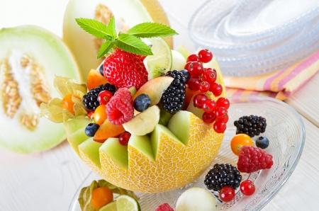 La fruta fresca de temporada llena de un melón