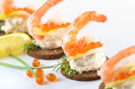 Kousky s krevetami, kořeněnou tvarohem a lososovým kaviárem
