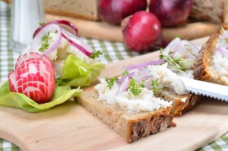 chicharrones: La manteca de cerdo salado con aros de cebolla en pan campesino s