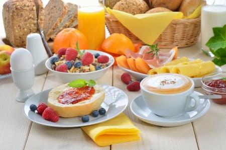 Bunte Frühstück mit Cappuccino Standard-Bild