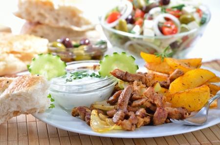 tzatziki: Griekse gyros met tzatziki en gebakken aardappelen