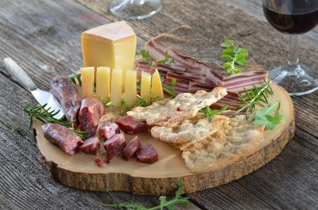 Jihotyrolská svačinka s tvrzeného slaninou, sýrem hory, uzených klobás a křupavou žita chlebové placky Reklamní fotografie - 14297390