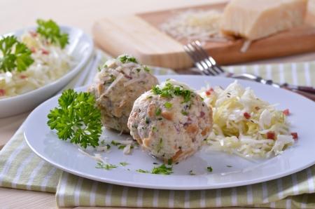Domácí South tyrolské špekové knedlíky se zelným salátem