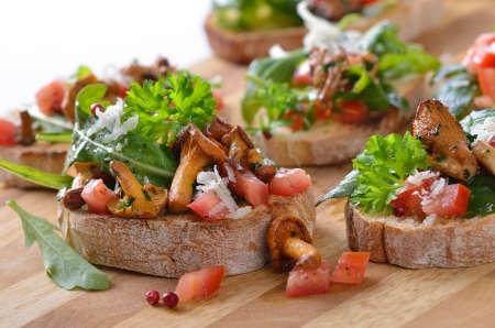 canapes with rucola-tomato-salad and fried chanterelles