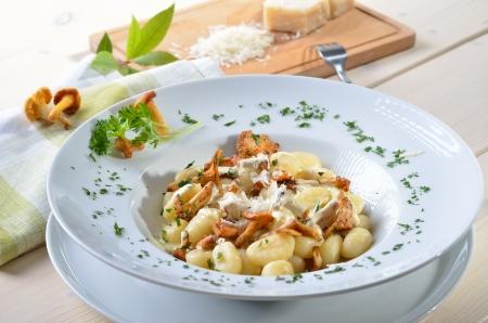 Gnocchi s smažené liškami, omáčkou a parmazánem Reklamní fotografie - 14916235