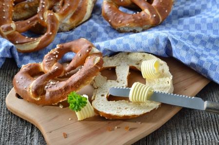 Čerstvé bavorské preclíky s máslem