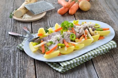comida alemana: Carne de cerdo cocida con vegetales de ra?- una receta austriaca Foto de archivo