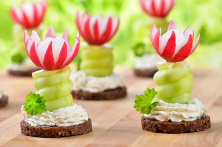 Appetizers with cream cheese, cucumber and radishes on pumpernickel Reklamní fotografie