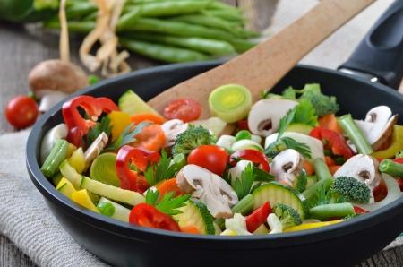 utensilios de cocina: Mezcla las verduras frescas en una sartén