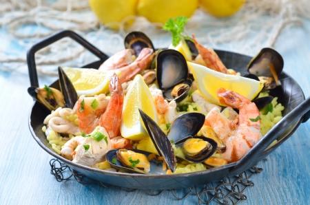 Chutné španělská paella s mořskými plody a kuřecím masem