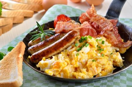 Míchaná vajíčka s opečenou slaninou a horkých párků Reklamní fotografie - 18708297