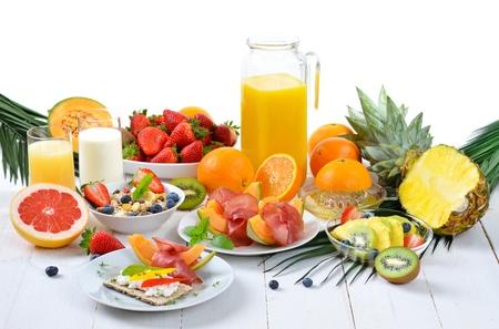 Petit-déjeuner sain avec des fruits frais, pain croustillant, jambon maigre et le fromage cottage