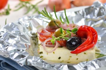 Griekse feta gebakken in folie met groenten Stockfoto