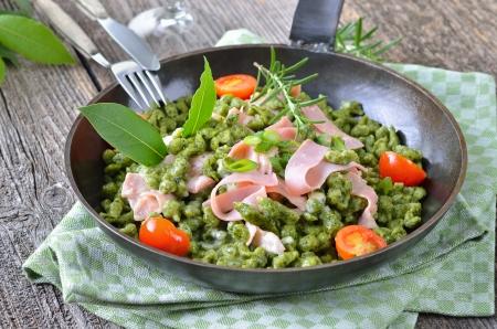 Tyrolean spinach spaetzle with parmesan cream sauce and ham Reklamní fotografie - 23268428