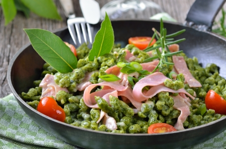 Tyrolean spinach spaetzle with parmesan cream sauce and ham Standard-Bild