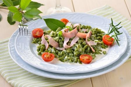 Tyrolean spinach spaetzle with parmesan cream sauce and ham Reklamní fotografie