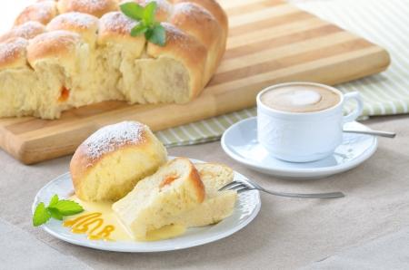levure: Doux autrichiens boulettes de p�te de levure farcis avec de la confiture d'abricot et servis avec sauce � la vanille Banque d'images