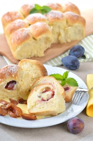 levadura: Dulces rellenos de pastelería austriaca levadura rellena de ciruelas y servido con salsa de vainilla Foto de archivo