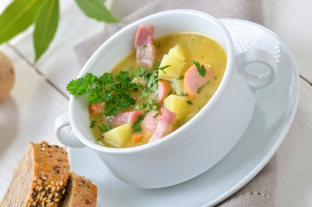 pancetta cubetti: Zuppa di patate appena fatto con strisce di pancetta e ruote di salsiccia Vienna