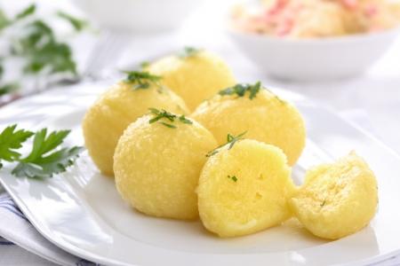 Čerstvé bramborové knedlíky na bílém talíři Reklamní fotografie