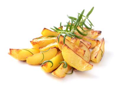 Gebakken aardappel partjes met rozemarijn op een witte