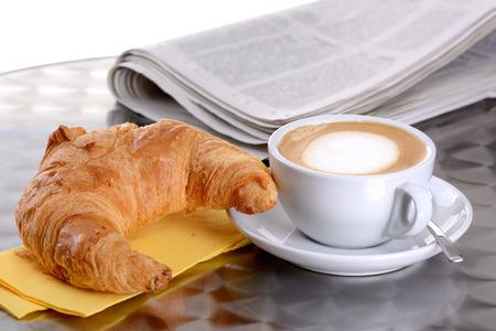Un croissant y una taza de capuchino Foto de archivo - 26005865