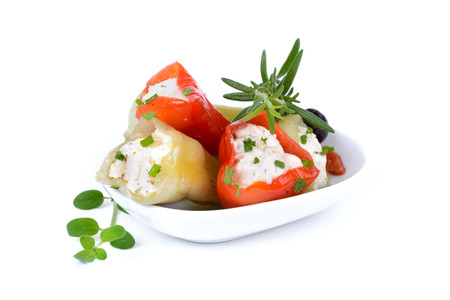 chiles picantes: Pimientos verdes y rojos calientes rellenos de queso feta y queso crema