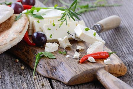 Griekse snack met feta kaas, olijven en pitabroodje Stockfoto